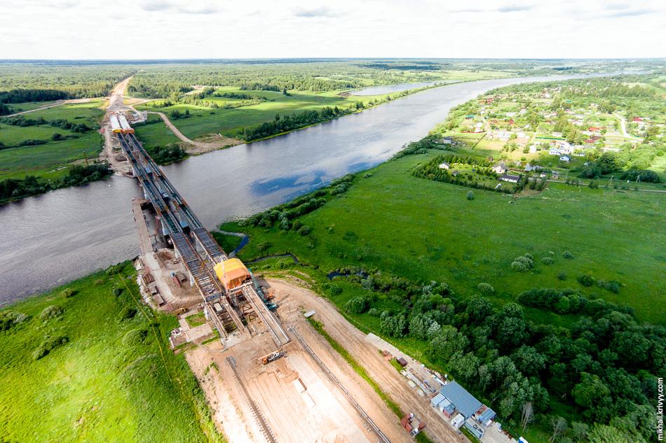 Мост через Волхов. После обустройства плиты проезжей части будут выполняться работы по гидроизоляции, обустройству барьерного и перильного ограждений и асфальтированию.