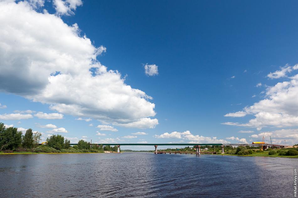 Новый мост соединил два берега реки Волхов. На правом берегу деревня Ситно. На левом, примерно в 800 метрах ниже по течению, место бывшей усадьбы Сергей Рахманинова «Онег».