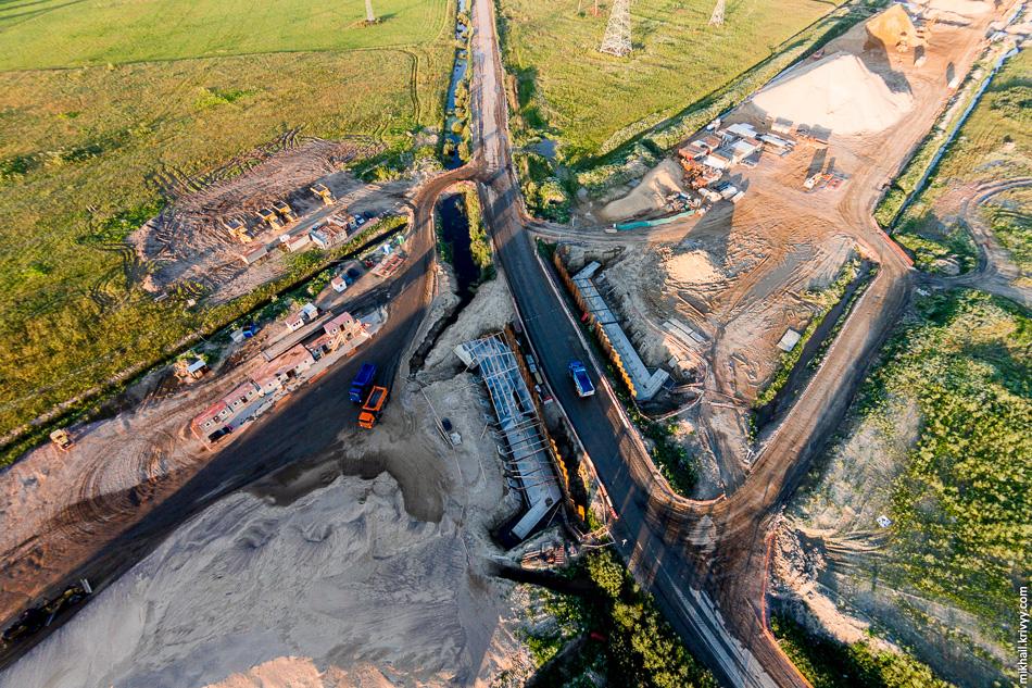 В этом месте автомагистраль М11 пройдет по путепроводу над существующей автодорогой.