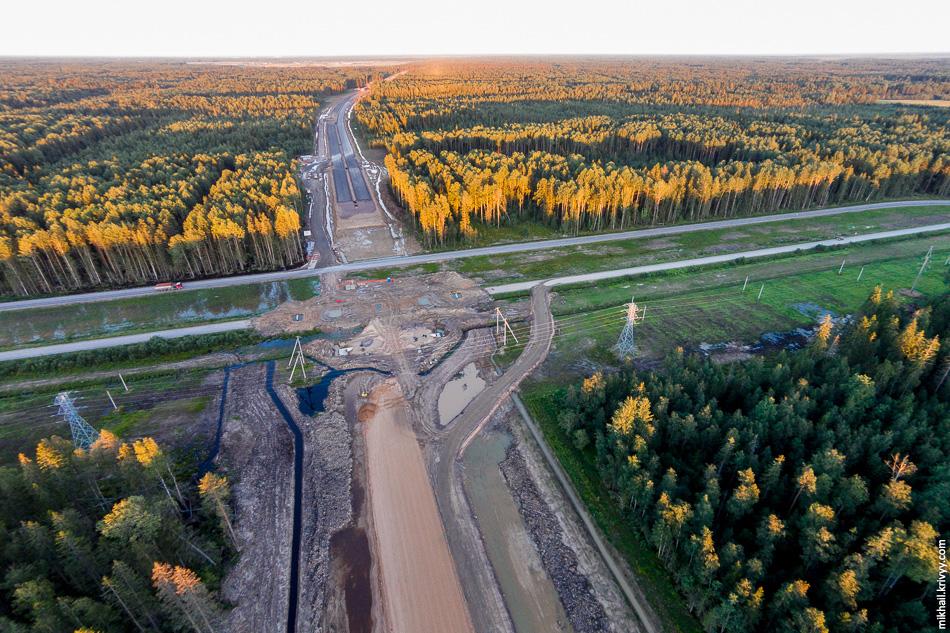 Пересечения с автодорогой Ушаки - Новолисино. Вид в сторону Москвы. Здесь движение уже переведено на временный объезд.