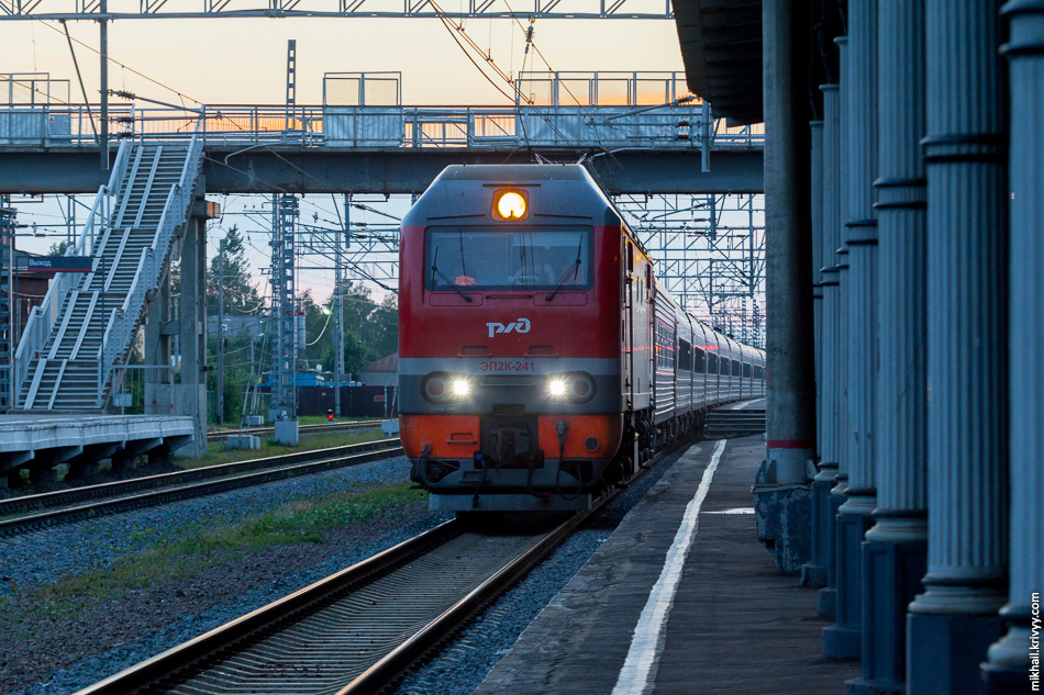 Поезд №35 Санкт-Петербург — Адлер. В какой-то момент я стал беспокоится, что не успею на пересадку. Но потом понял, что поезд идет по тому же пути.