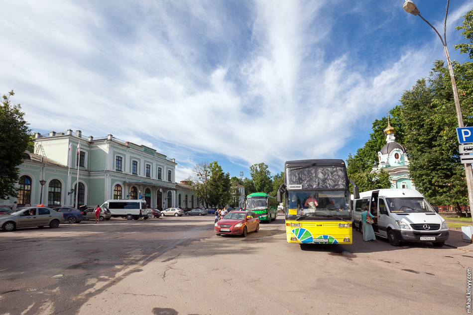 В Пскове туристов пересаживают в автобусы. Основная масса - паломники.