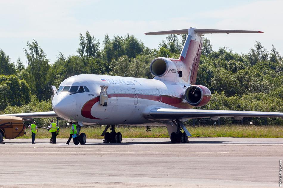 """Як-42 """"Саратовских авиалиний"""" в аэропорту Пскова."""