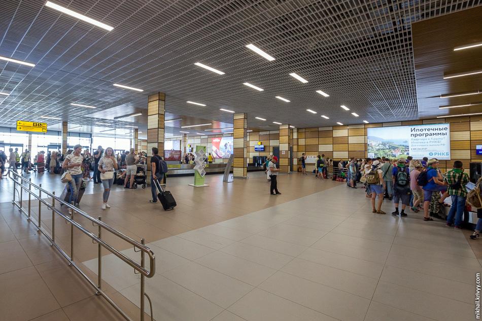 В зале прилета Симферопольского аэропорта.