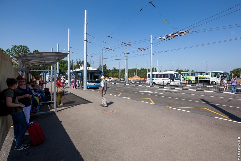 Троллейбусная станция в аэропорту. Построена совсем недавно. Больше напоминает забытую остановку на отшибе.