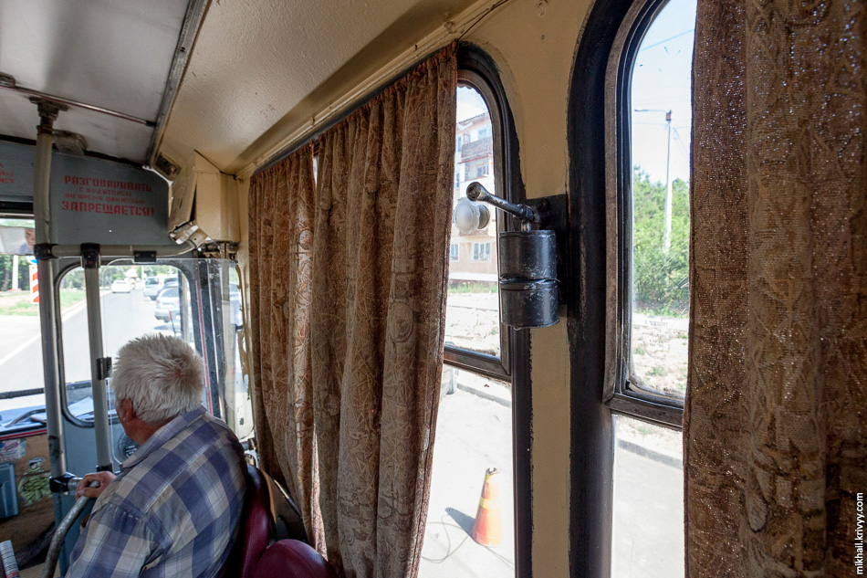 Вот на таком троллейбусе я ехал из аэропорта в Симферополь.