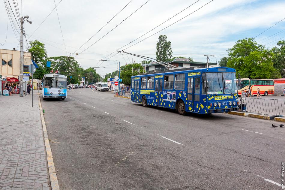 Троллейбусная станция в Симферополе. Троллейбусы Škoda 14Tr №8103 и Škoda 14Tr №8007.