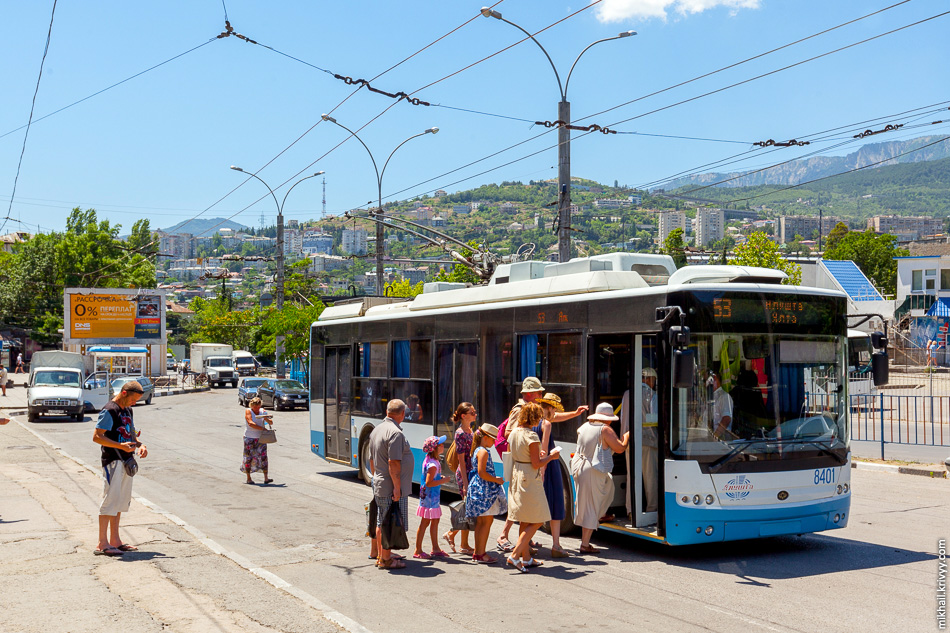 Посадка в троллейбус маршрута 53 Ялта - Алугта. Богдан Т70115 №8401.