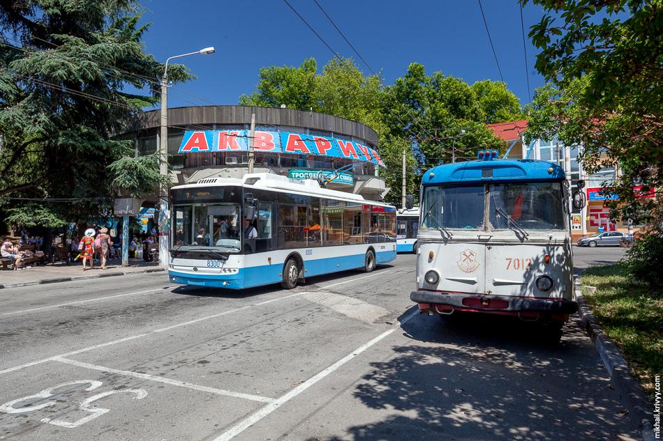 Троллейбусная станция в Алуште. Троллейбусы Богдан Т70110 №8300 и Skoda 9Tr №7013.
