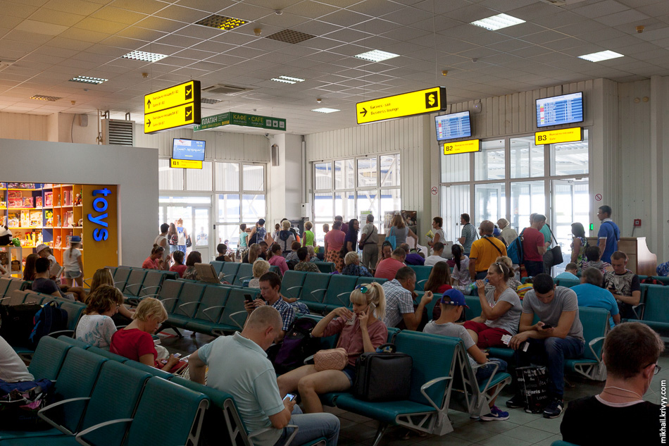 Объявления по аэропорту не разделают по залам. Мне перед выходом на посадку рекламировали крымский троллейбус и рассказывали где я могу сдать багаж.