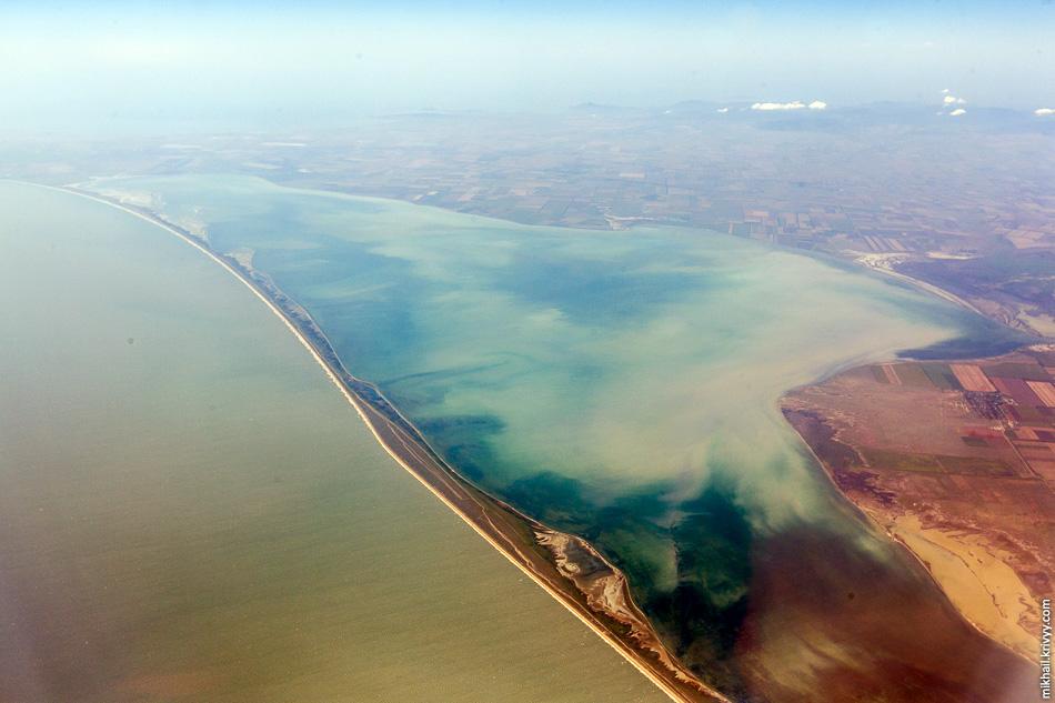 Восточная часть залива Сиваш. Глубины там совсем небольшие, вода быстро прогревается и цветет. Из-за запаха его называют Гнилым морем.