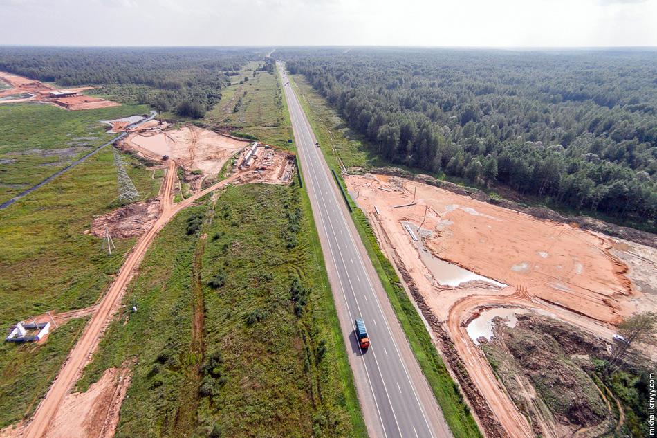 1. Пересечение М10 «Россия» и платной автомагистрали М11. Вид в сторону Москвы и Великого Новгорода. М11 в этом месте уже вырисовывается.
