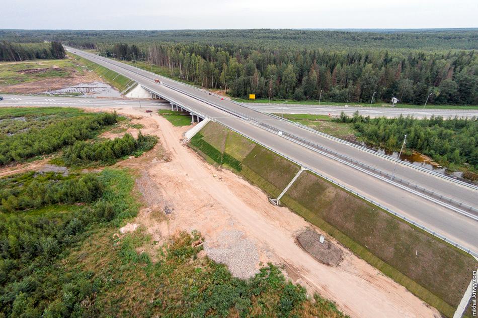 6. Путепровод на пересечении с М10. Хорошо видно, что зарезервировано место под расширение дороги.