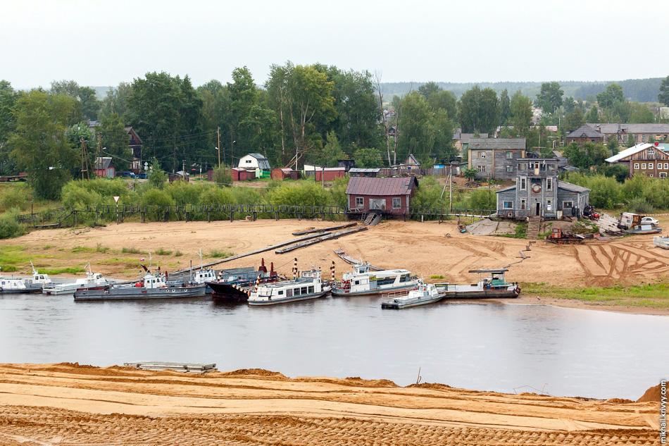 Сысола в самом центре Сыктывкара, в районе парка Кирова. На этой стороне стройка, на той поселок Заречный. Моста туда нет, только паром.