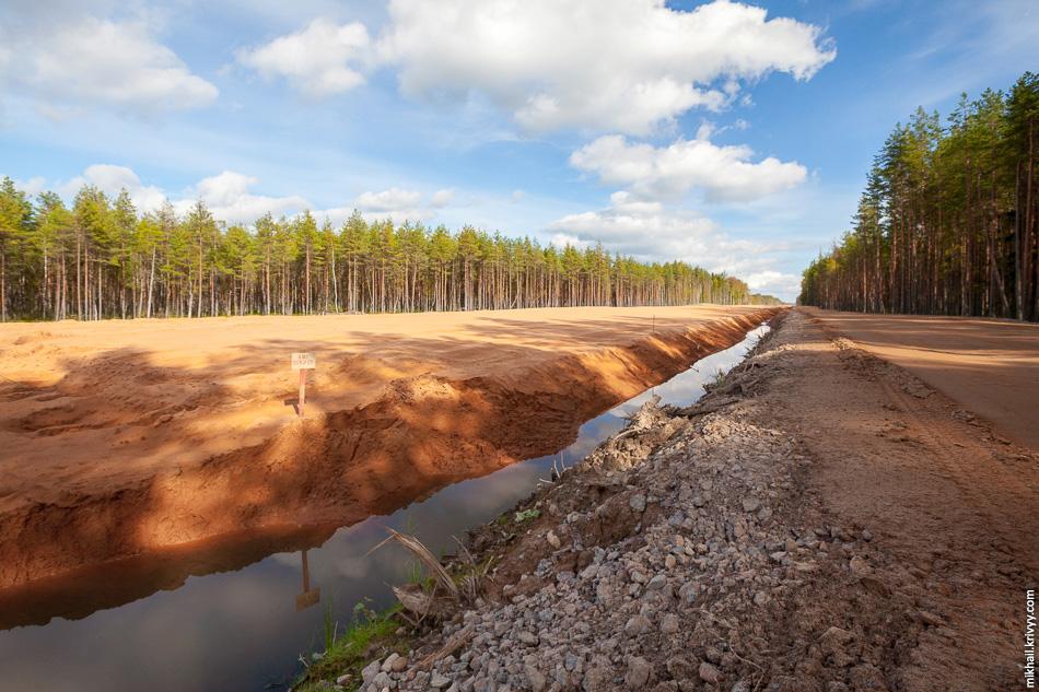 18. С 517 км и до реки Мста основание автомагистрали отсыпано на всем протяжении за исключением подходов к искусственным сооружениям — мостам и путепроводам.
