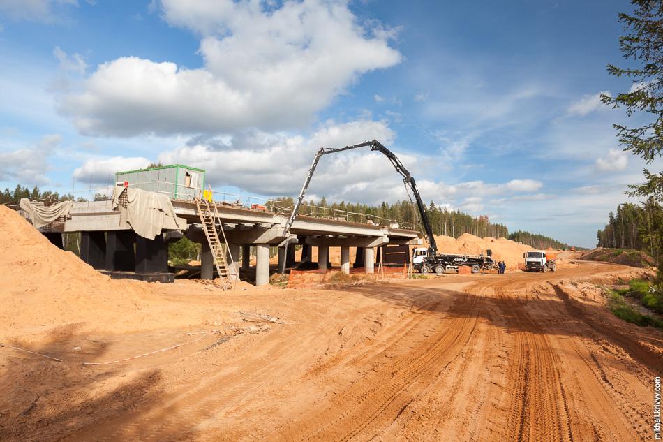 22. Трехпролётный мост через ручей Лытянка на 512 км. Ведутся работы по бетонированию плиты проезжей части.