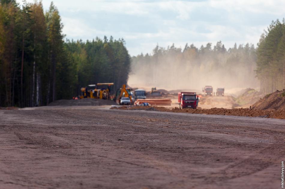 33. 502 км. Ведутся работы по подготовке основная дороги к асфальтированию. Щебень укладывается, распределяется и уплотняется с помощью бетоноукладчика GOMACO. Финишное уплотнение осуществляют асфальтовым катком.