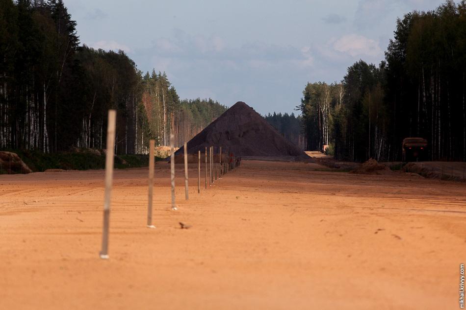34. 502 км. Вид в сторону Москвы. Основание дороги подготовлено под укладку щебня.