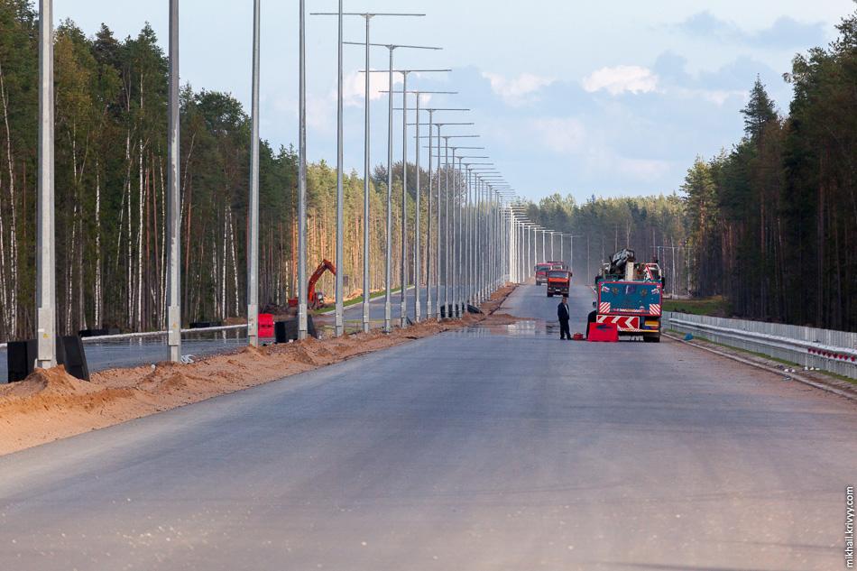 42. 490 км. На этом участке уложено два слоя асфальтового покрытия, установлены мачты освещения, ведется благоустройство и установка барьерных ограждений.