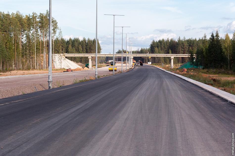 44. 490 км, четырехпролётный путепровод над автомагистралью на пересечении с грунтовой дорогой 49Н-0906 Дворищи — Кленино. На путепроводе ведется монтаж ограждений.