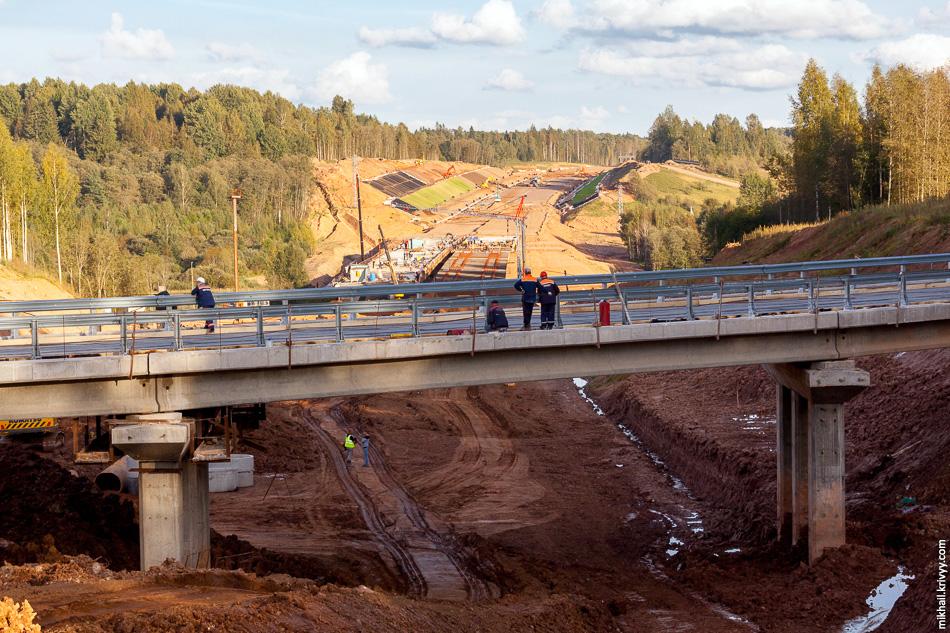 53. 480 км. На переднем плане путепровод на пересечении с автодорогой 49Н-0905 Бурга — Лопотень, на заднем - мост через Мсту.