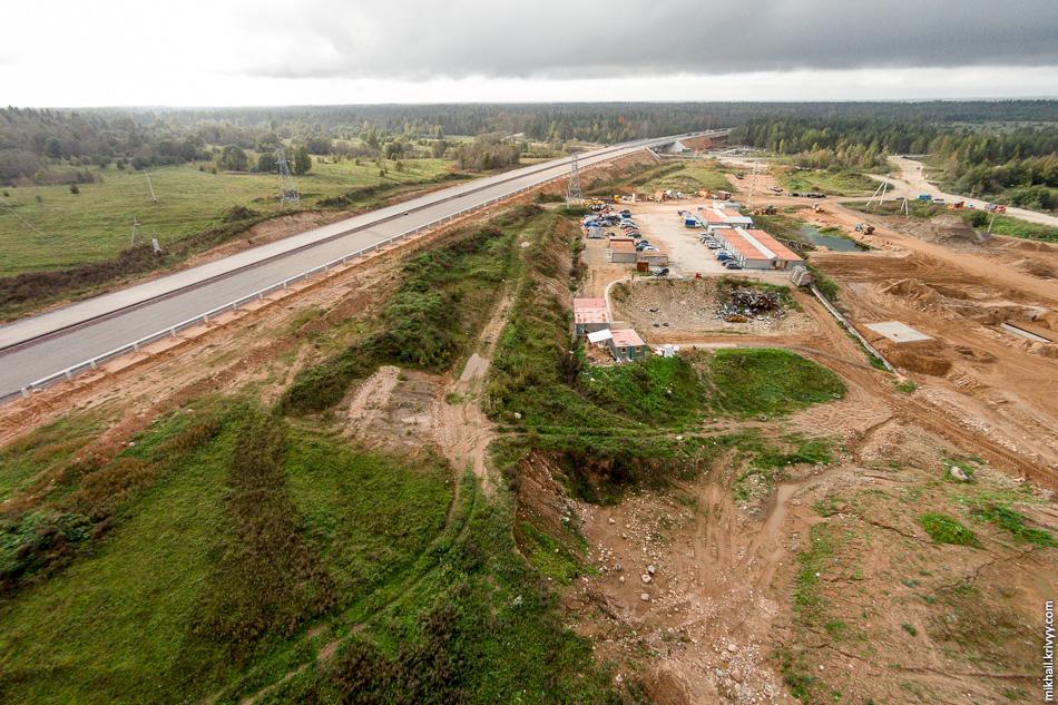 Рабочий городок и участок автомагистрали между путепроводами. В этом месте забивают сваи для фундамента под шумозащитные экраны.