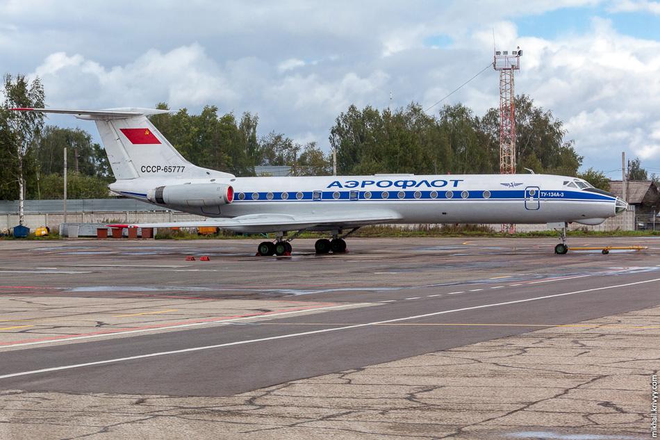 В аэропорту Сыктывкара стоит Ту-134 в советской ливрее «Аэрофолота».