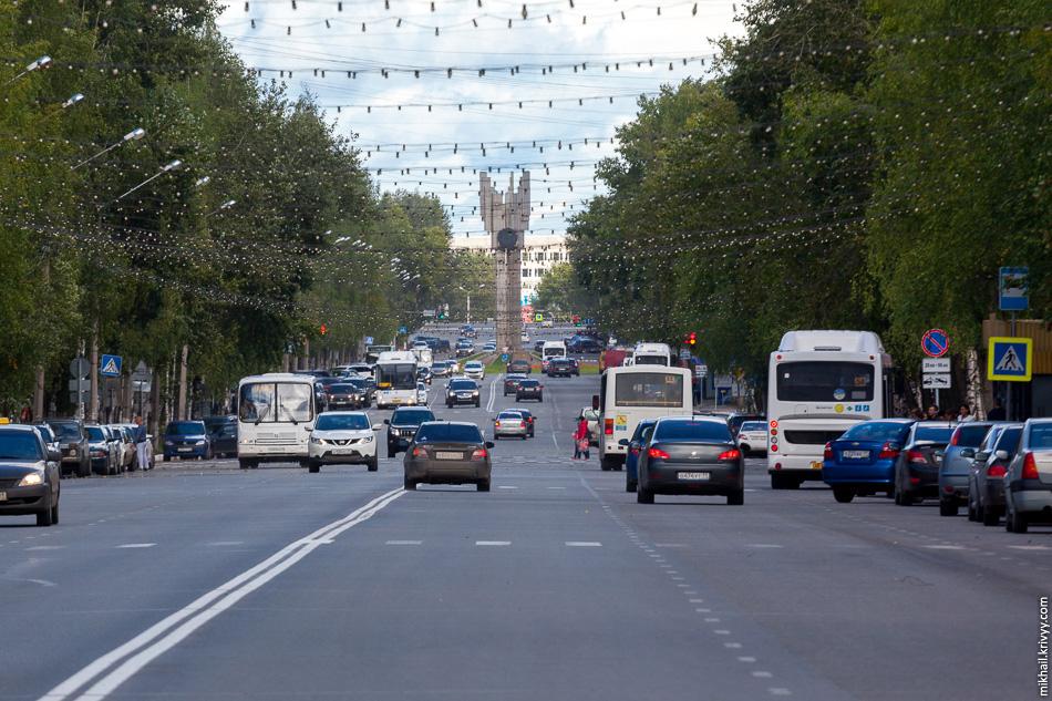 Коммунистическая - главная улица Сыктывкара. Начинается у реки Сысола и, проходя через всю центральную часть города, упирается в железнодорожный вокзал.