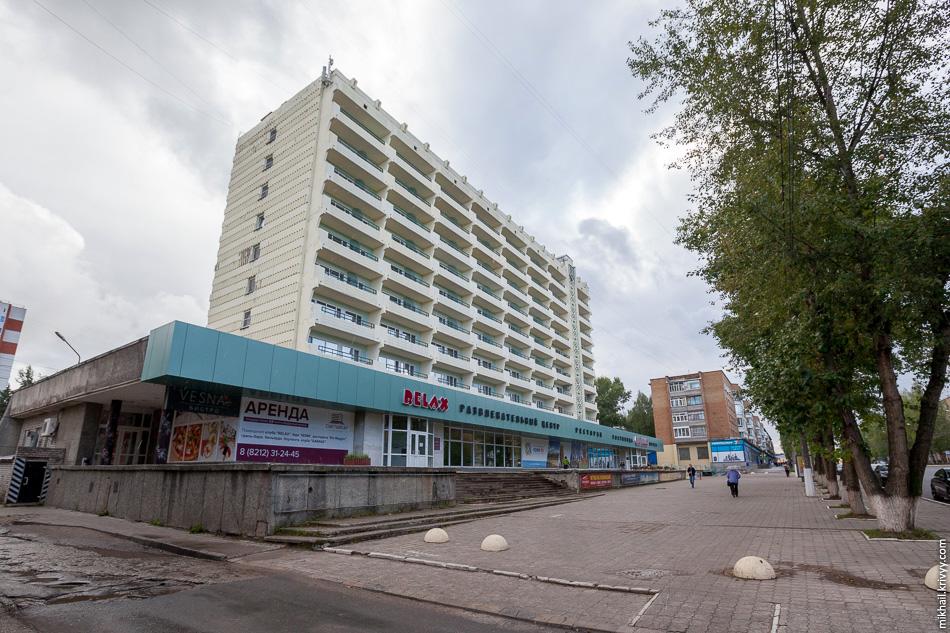 Первое, что бросается в глаза - здание гостиницы Сыктывкар. Из-за балконов складывается ощущение, что оно сбежало из Крыма.