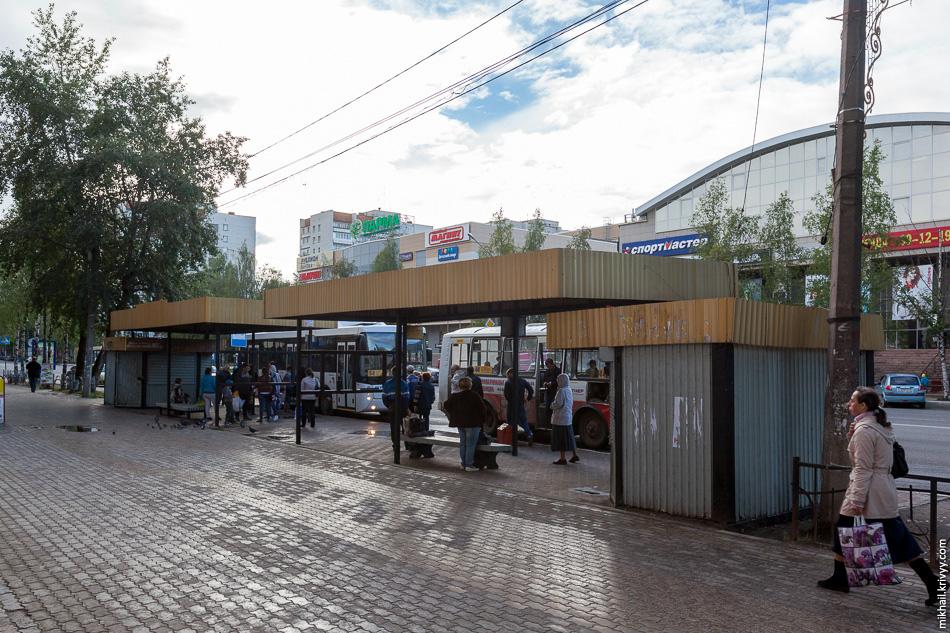 Большая автобусная остановка на улице Коммунистической.