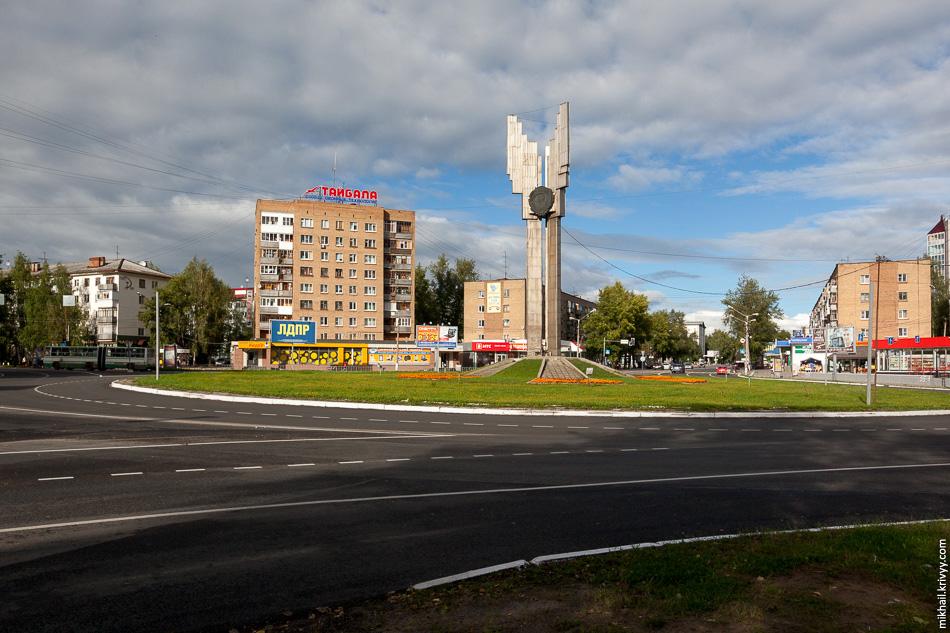 Одна из визитных карточек города — монумент трудовой славы республики. Бетонный факел на пересечении Коммунистической и Октябрьского проспекта.