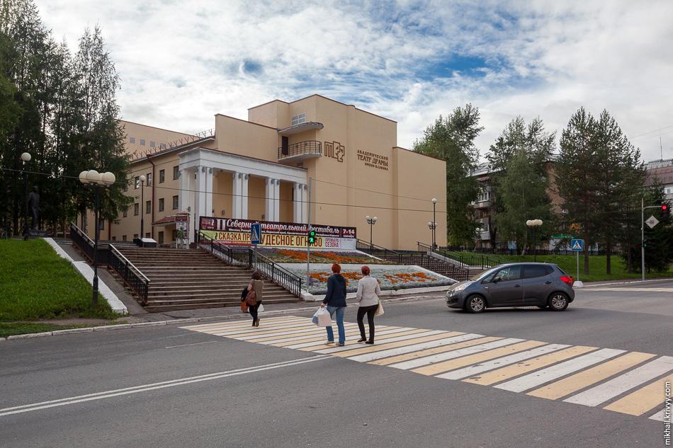 Драмтеатр. Оригинальное здание в стиле конструктивизма было построено в 1932 году. Не так давно его снесли и построили заново. Снесли быстро и без предупреждения. Жители очень недовольны, говорят, новое здание сильно уступает оригинальному.
