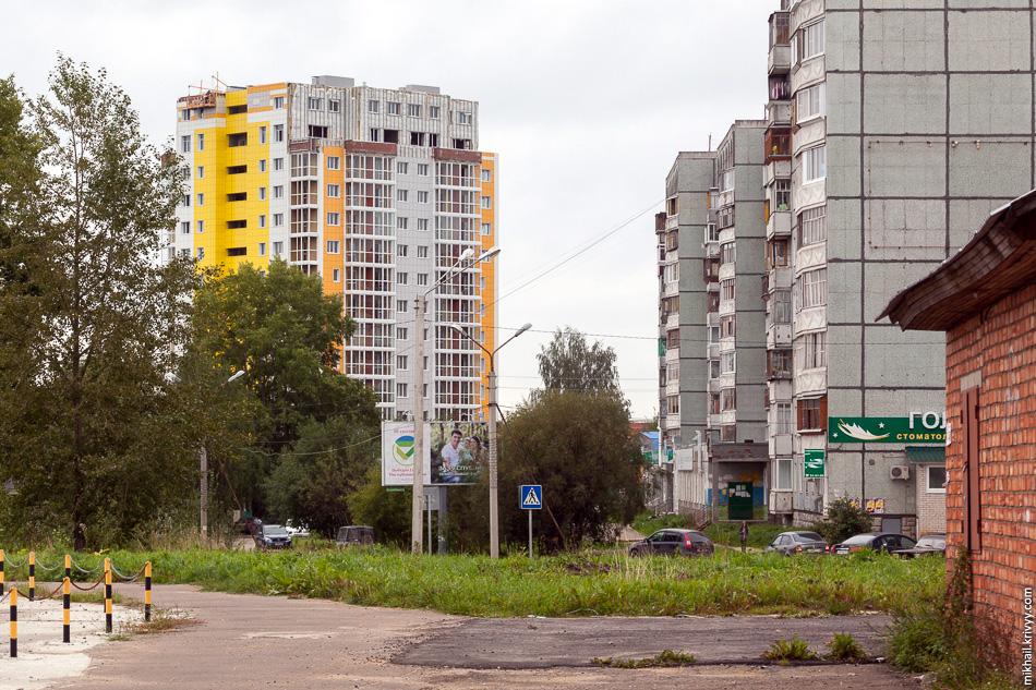 Новостройки в Сыктывкаре разные, но основная масса — монолит-кирпич. Облицовка разная — фасадные алюминиевые композитные панели, керамогранит, ламинированная фанера и т.п.