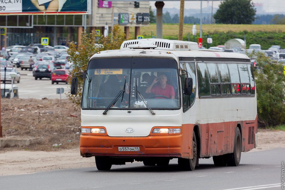 Daewoo BH116 2001 года выпуска. Когда фотографируешь автобус, на тебя смотрят как на идиота. Но это не тот случай.