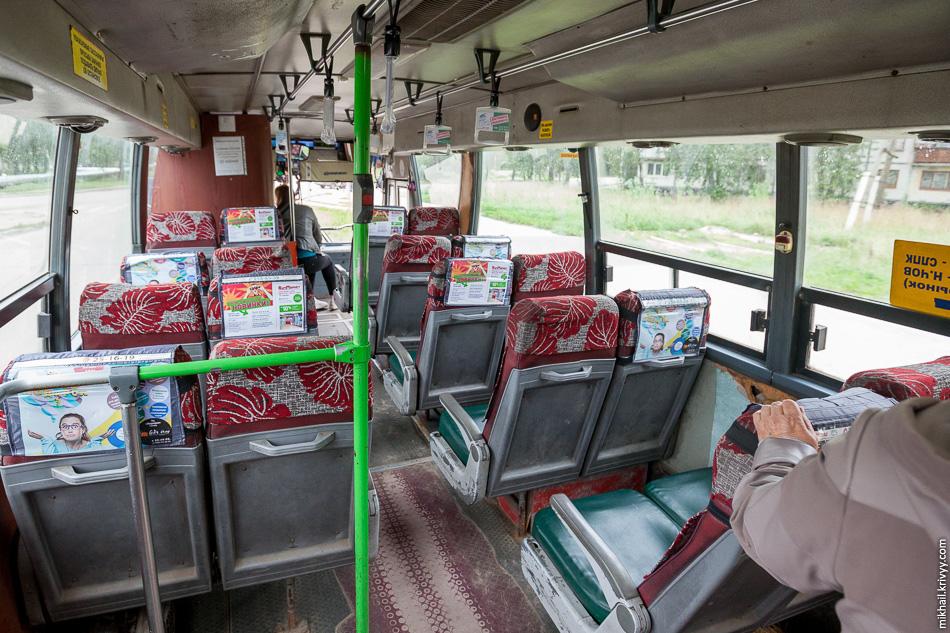 Салон автобуса Daewoo BH116. Похоже салатовые поручень переставили с ЛиАЗа.