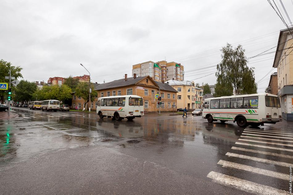 Улица Орджоникидзе. Деревянные дома, новостройка монолит-кирпич и четыре ПАЗика.