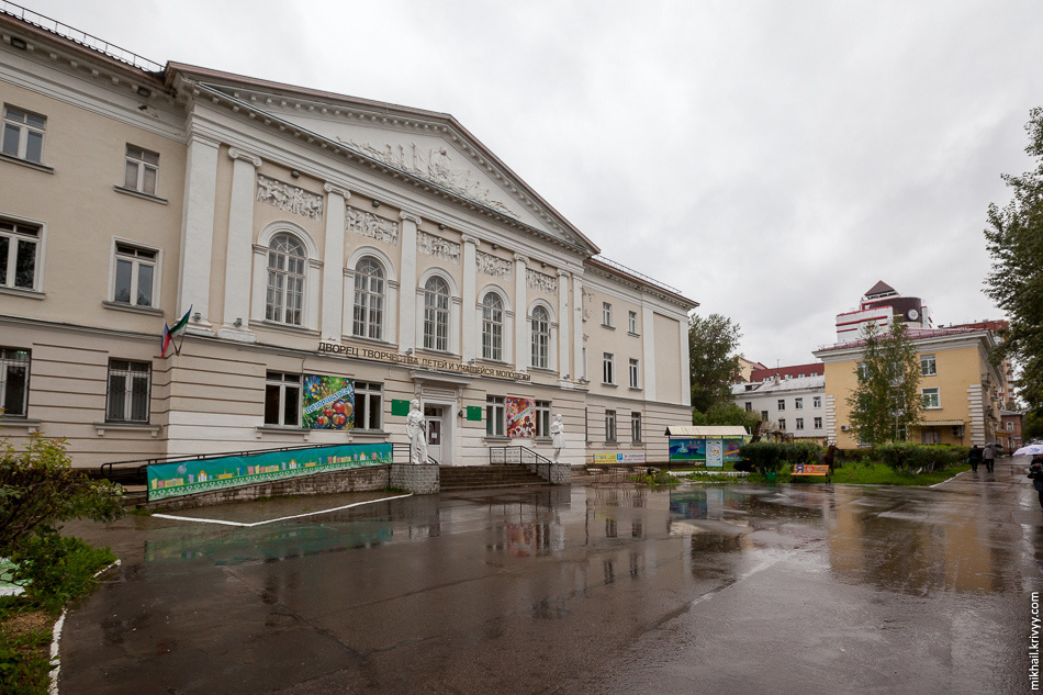 Еще одна сталинка — дворец творчества юных, улица Орджоникидзе.