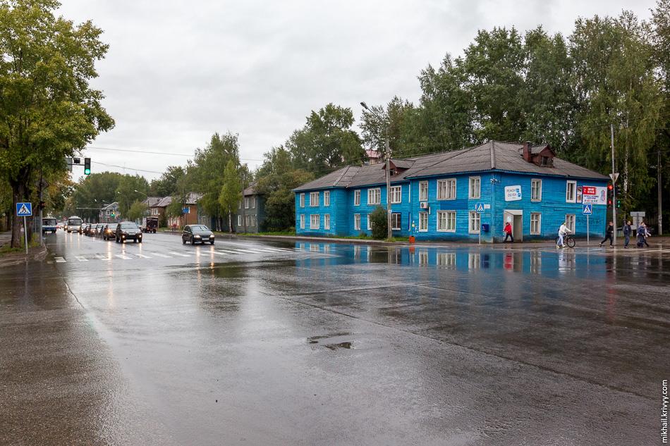 На пересечении Октябрьского проспекта и улицы Орджоникидзе целый район деревянных двухэтажных домов. Похоже, что некоторые из них краски не видели с момента постройки.
