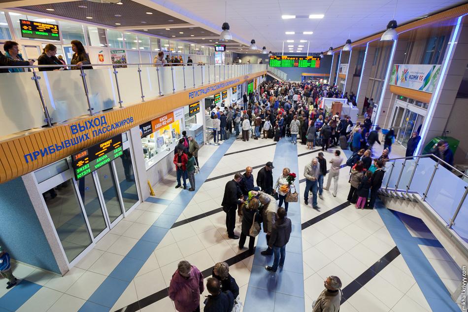 В небольшом аэропорту умудряются создавать очереди и толкучку.