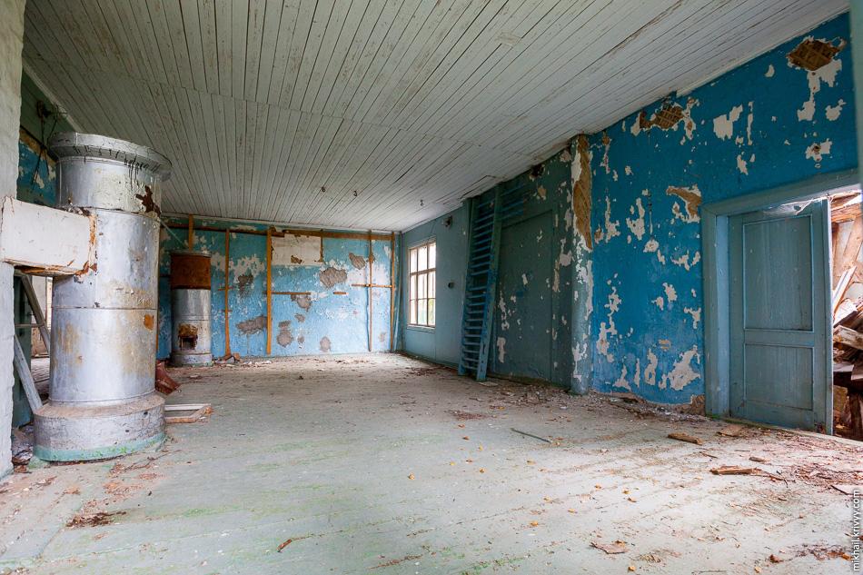 12. Большая часть здания разрушена, но некоторые помещения еще выглядят целыми.