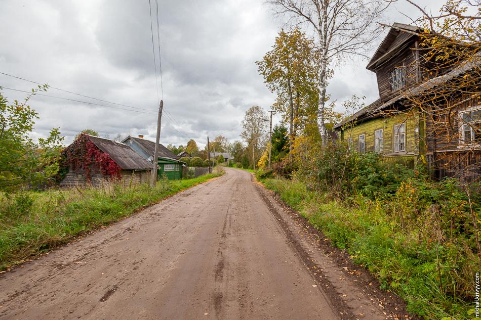 1. Село Комарово находится в 9 км к западу от автодороги Боровичи — Любытино.