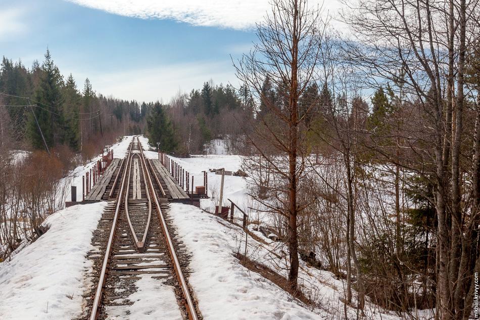 8. Особенность его в том, что это единственный деревянный железнодорожный мост в России. К сожалению, другой фотографии нет. Эта сделана через стекло из вагона поезда.