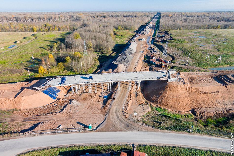 Путепровод на пересечении с дорогой Савино — Селище. Прогресс тут не особо бросается в глаза.