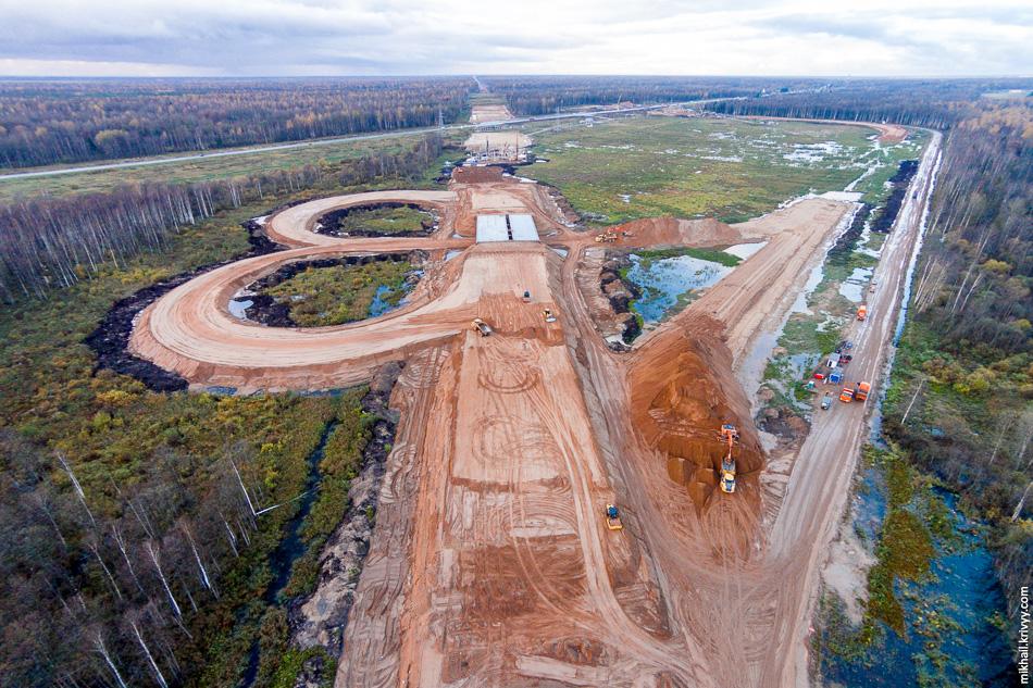 Как раз в апреле этого года были начаты активные работы по объектам развязки на пересечении М10 и М11 в районе Мясного Бора. В этом месте расположено одно из самых больших скоплений искусственных сооружений — пять путепроводов и два моста через реку Питьба.