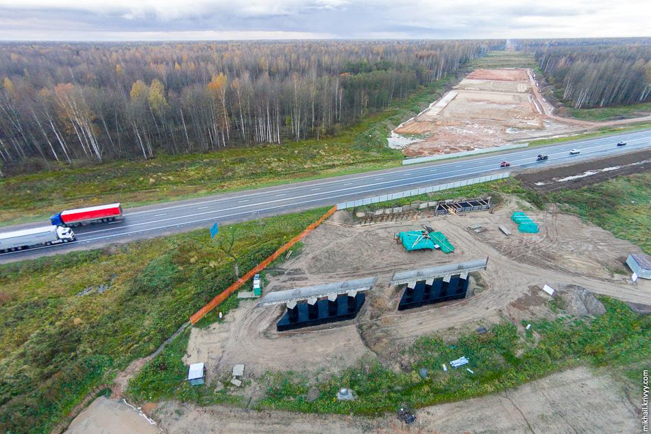 На основном ходу автомагистрали также ведется строительство путепровода на пересечении с М10 «Россия». На московской стороне опоры уже готовы, на петербургской — только начали забивать первые сваи.
