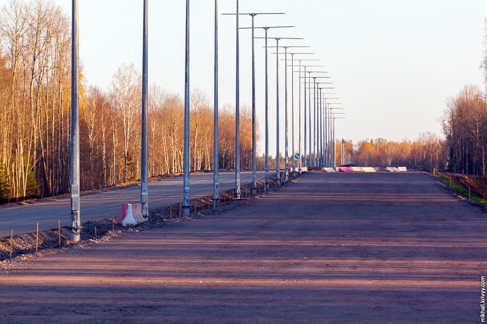 Вид в сторону Москвы. В этом месте прогресс не так бросается в глаза. В апреле этого года этот участок имел наивысшую степень готовности, сейчас же он не выделятся на фоне участков с предыдущих фотографий. Холм в этом месте на самом деле не холм, а подъем дороги перед путепроводом.
