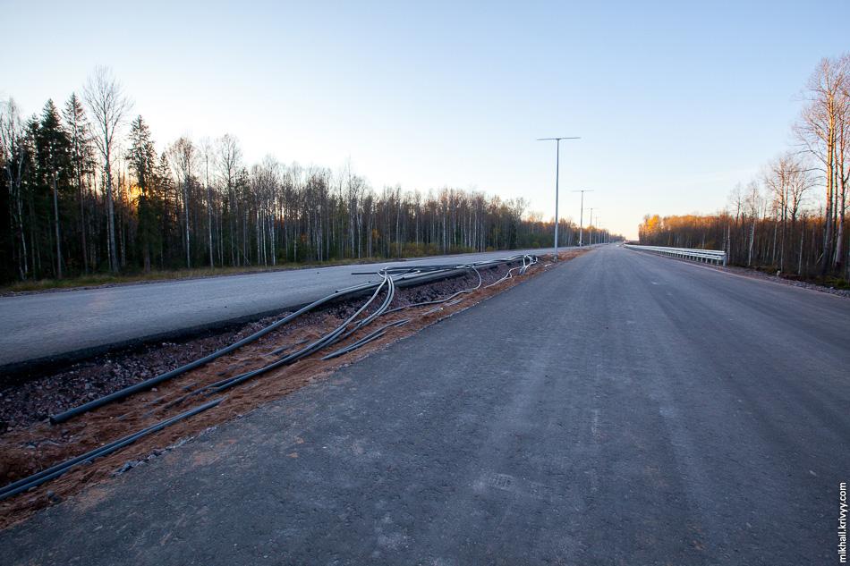Несколько километров от моста через Волхов в сторону Москвы асфальт уложен на всем протяжении за исключением мостов и путепроводов. Кое-где уже установлено отбойное ограждение.