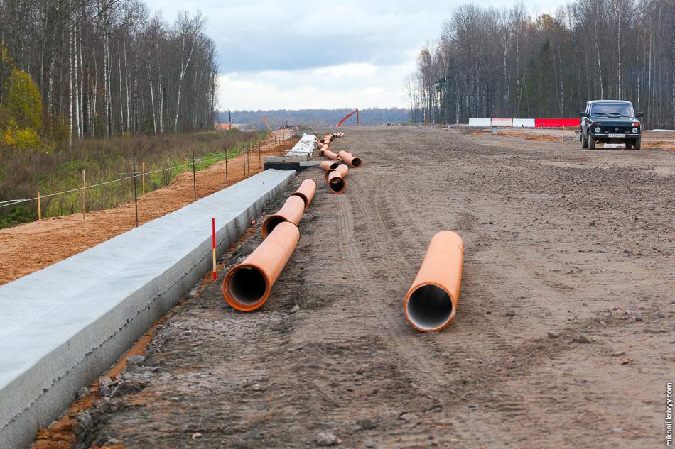 На этом участке завершаются работы по строительству водоотводящих сооружений.