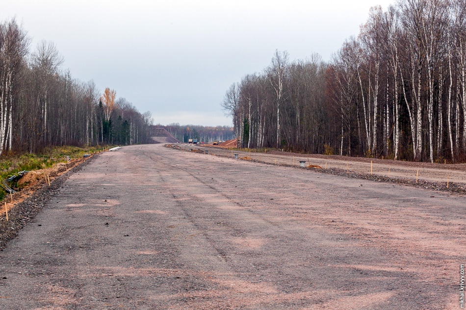 Вид в сторону Санкт-Петербурга, 541 км. Автогрейдеры, использующие спутниковую 3D систему для автоматического управления отвалом, идеально формируют профиль проезжей части.