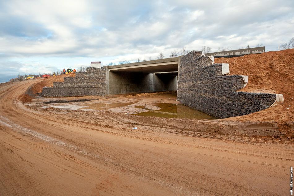 Третий типовой путепровод-зверопроход расположен на км 542,7. Он практически готов. Откосы укреплены с помощью габионов (сетки с камнем).